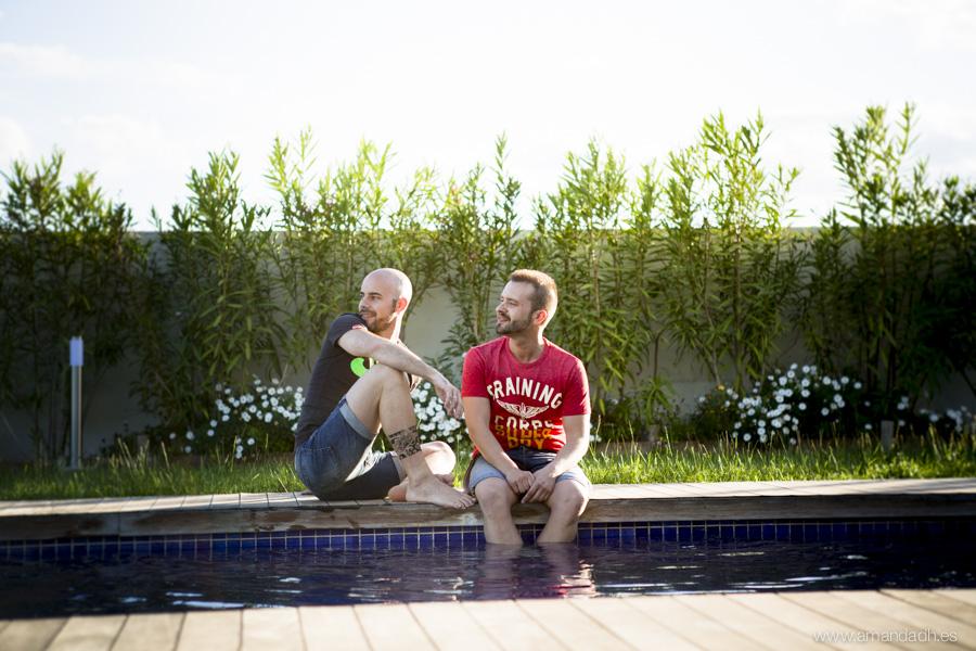 novios en piscina