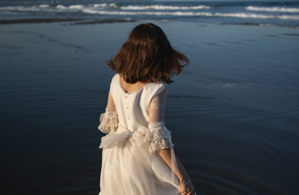 reportaje-fotografico-post-comunion-niña-en-la-playa