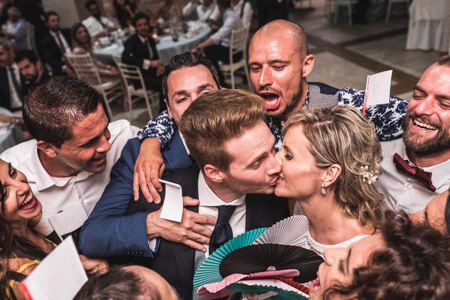 novio entre invitados