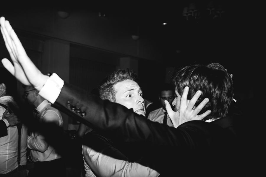 abrazo novio fiesta