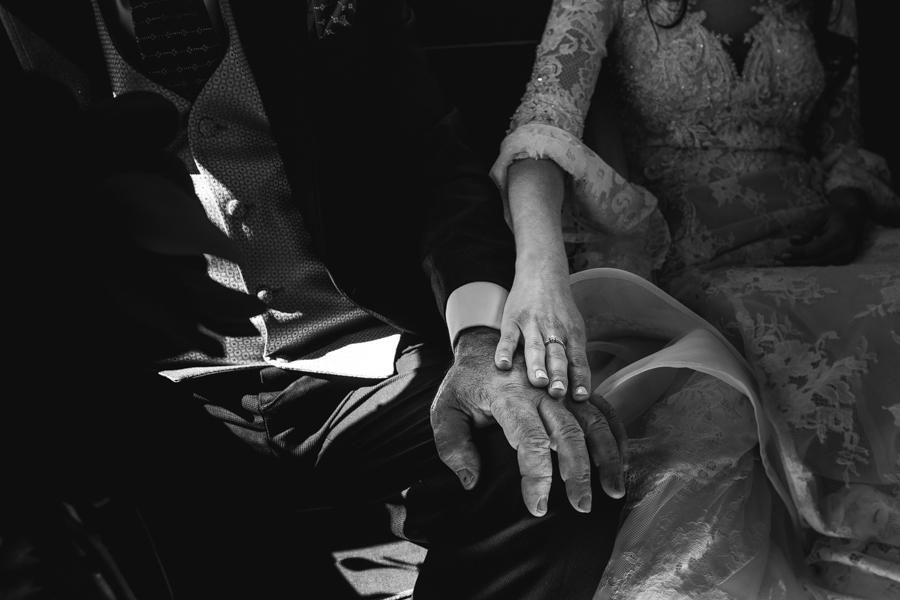 manos novia y padre