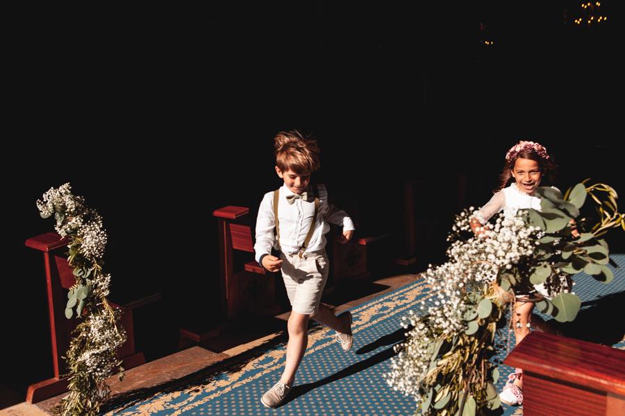 niño en boda corriendo