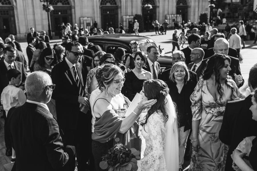 invitados felicitando a la novia