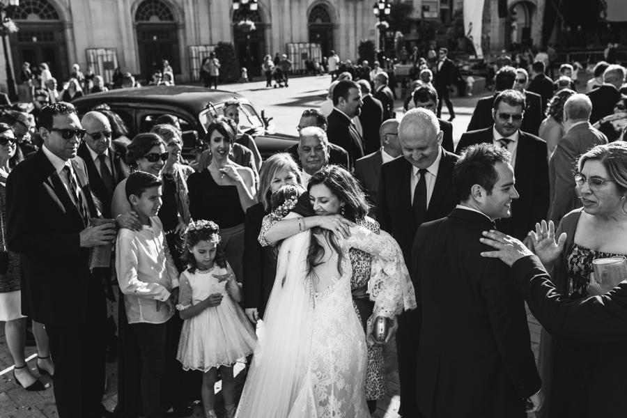 mujer felicitando a la novia