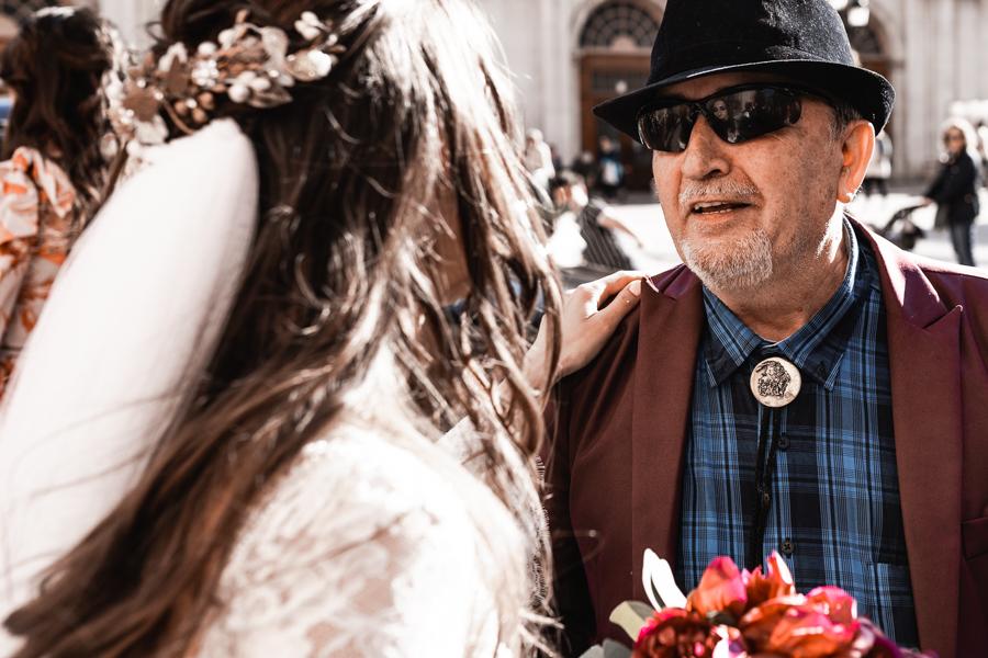 hombre con sombrero y broche en boda