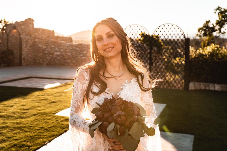 novia con ramo de la rosa blanca