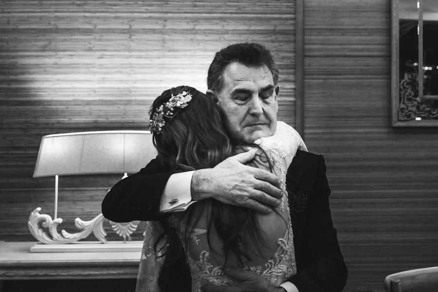 padre de la novia dando un abrazo