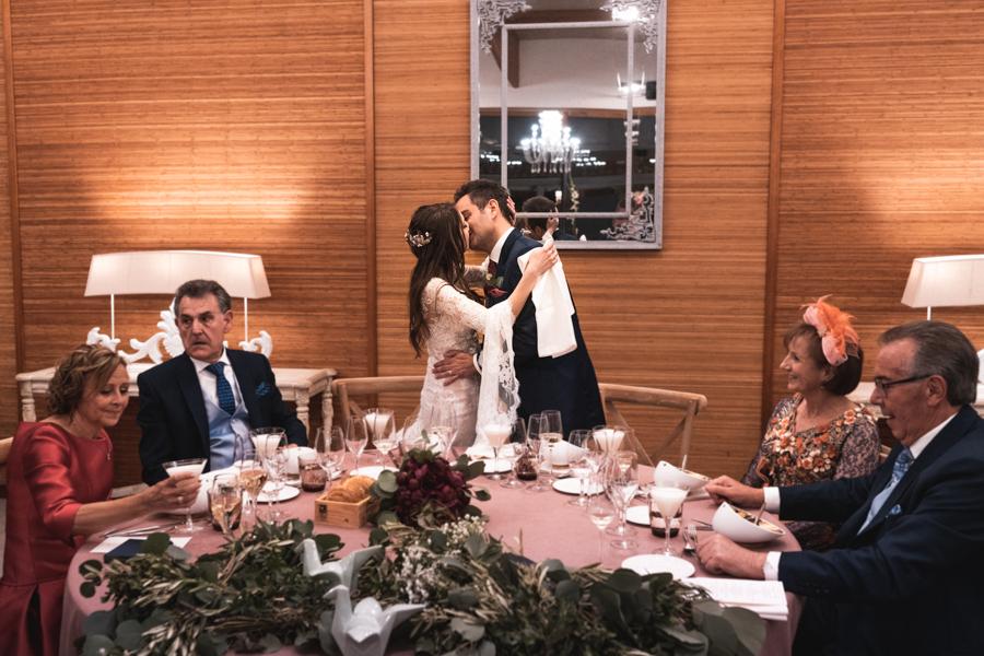 novios en mesa presidencial besandose