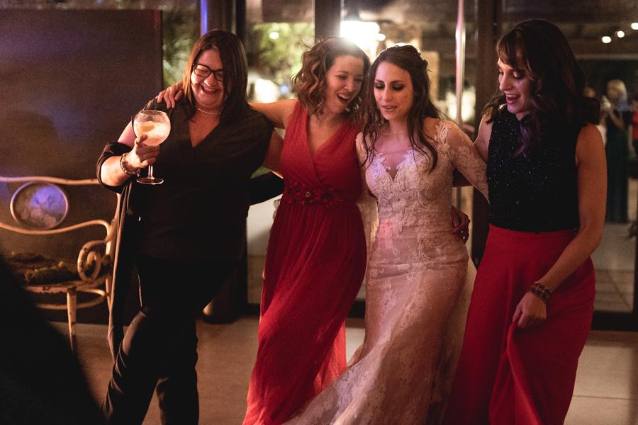 novia y amigos bailando